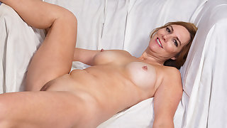 American milf Phoebe Waters plays forth pussy and nipples